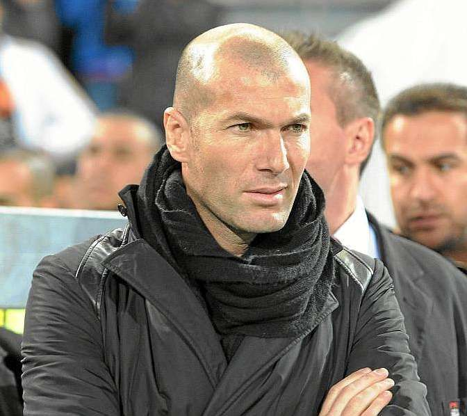 ¿Qué entrenador quiso que Zidane le acompañara en el banquillo por primera vez?