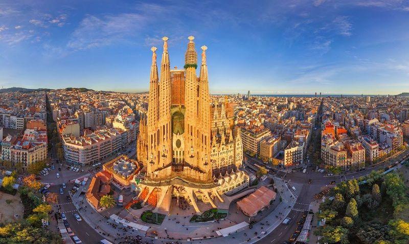 Sigues. Aterrizas en Barcelona (Línea púrpura) Te pide 2500$ ¿La compras?