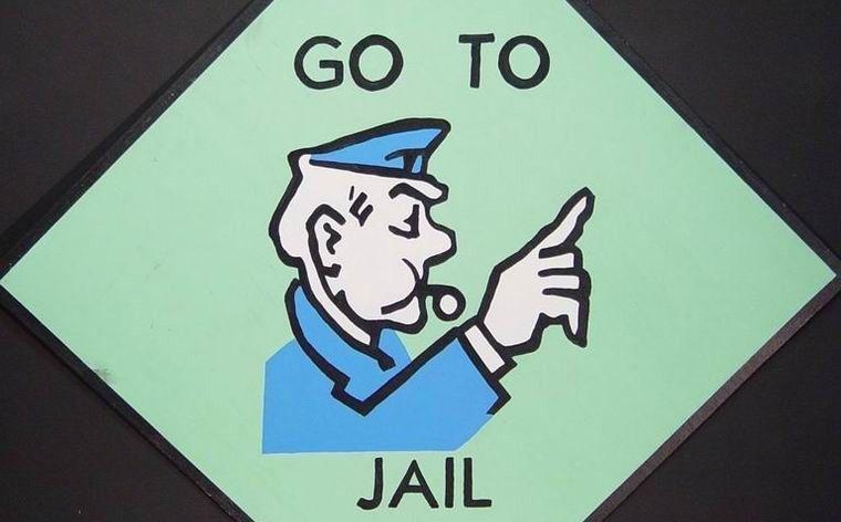 Ve a la cárcel. Debes pagar una fianza de 500$.