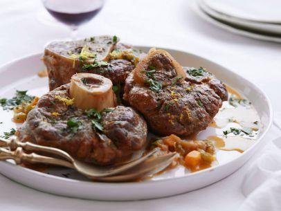 Ahora vamos on Il Secondo. ¿Con qué vino se prefiere hacer el estofado para el ossobuco?