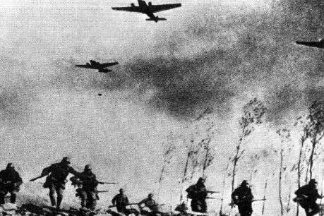 De repente escuchas un motor de avión. Ves en el cielo varios aviones alemanes que empiezan a tirar bombas...