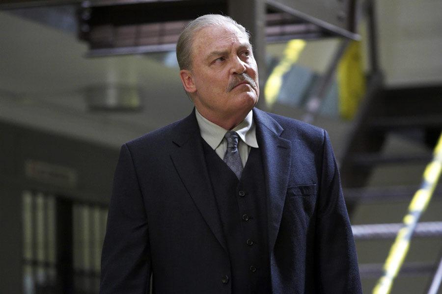 ¿En qué le ayuda Michael al alcaide durante la 1ª temporada?