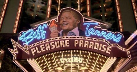 ¿En Regreso al Futuro II cómo hace su fortuna el antagonista Biff Tannen en el universo alternativo?