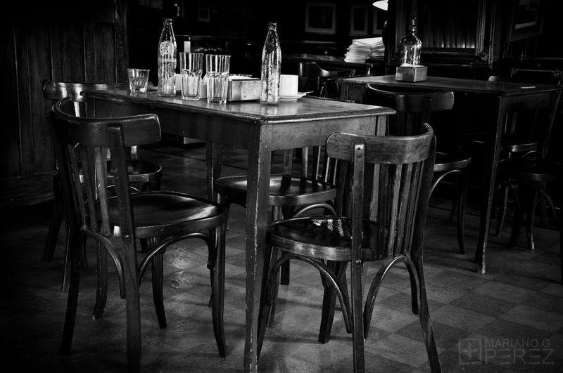Te cuenta que su hijo está en paro como ella. Va todas las noches al bar y ese fue el último sitio que le vieron...