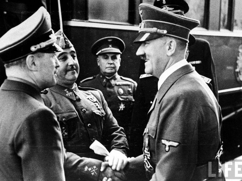 Llegas a Hendaya con 5 minutos de retraso y ves a Hitler esperandote enfadado.