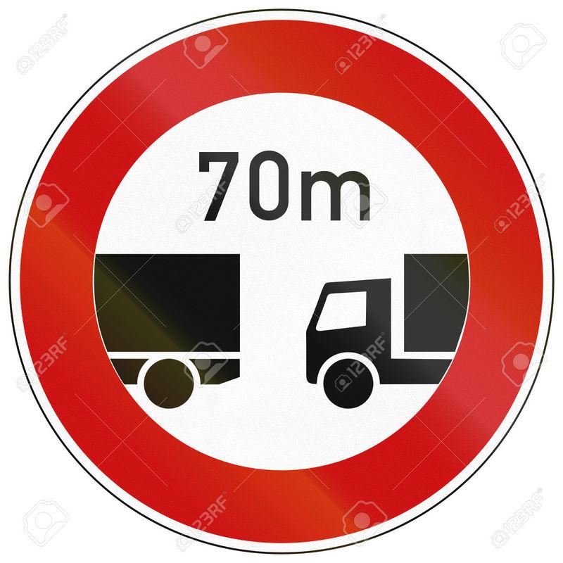 Si un tramo de la vía está señalizado con esta señal, ¿qué separación debe dejar con el vehículo que circula delante?