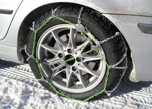 Si es obligatorio el uso de cadenas, ¿se pueden utilizar por ellas neumáticos con clavos?