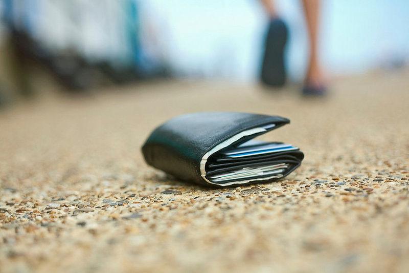 Te encuentras en la calle una cartera con 1.000 € ¿qué haces?
