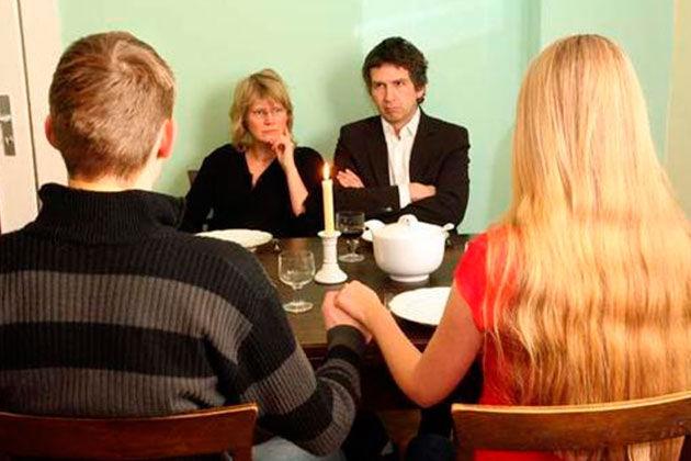 Estás por primera vez en casa de tus suegros y te sirven más comida de algo que precisamente no te gusta mucho ¿qué haces?