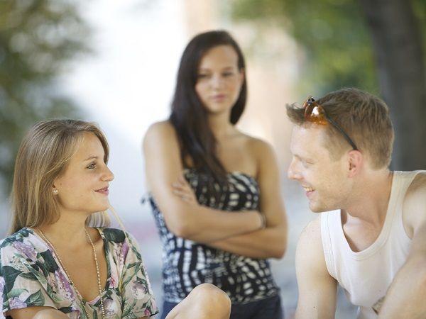 Ves a tu amigo/a siéndole infiel a su pareja que es también amiga tuya ¿qué haces?