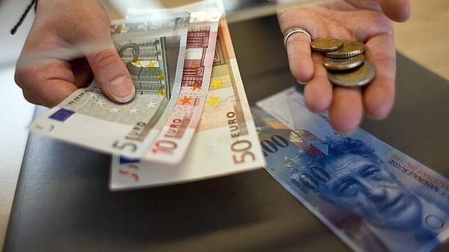 En una tienda/centro comercial al pagar lo que has comprado te dan en el cambio más dinero del que realmente es ¿qué haces?