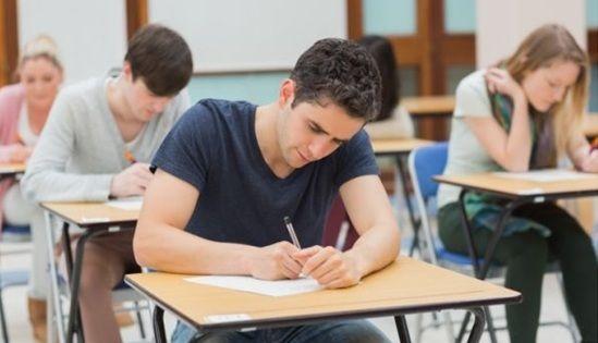 En un examen, pillas a un compañero/a de clase que no te cae muy bien copiando ¿qué haces?