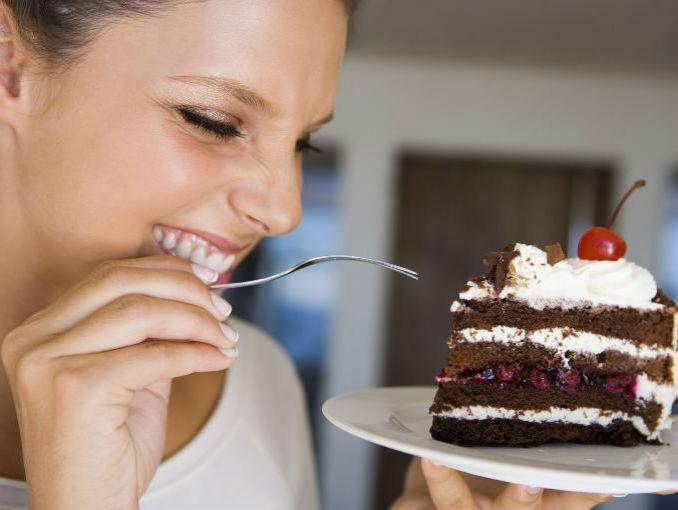 Estás a dieta y todos los comensales comentan lo delicioso que sabe el pastel, tú: