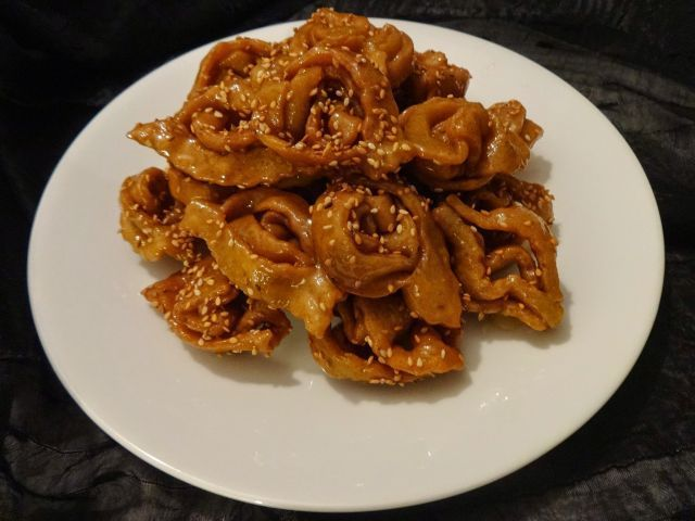 Consiste en tiras de pasta de miel cubiertas con sésamo que forman algo así como una reja. ¿Qué es?