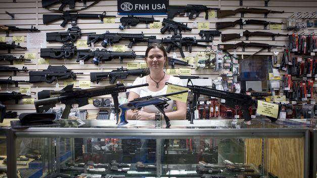 Antes de ir a buscarle pasas por la tienda de armas. ¿Qué arma coges?