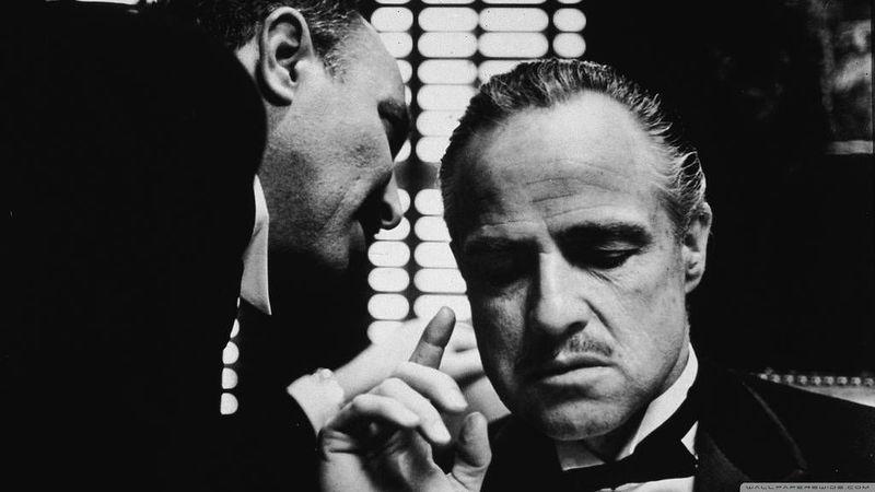 Un mafioso gordo te propone despejar un piso de okupas con la Browning que te darán a la salida del restaurante.