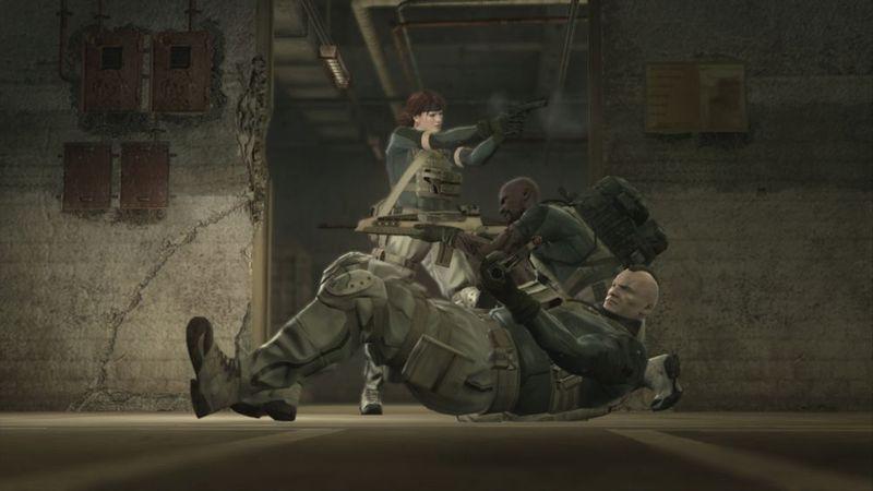 Un grupo de enemigos está atacando un pelotón de soldados que parecen sus enemigos,pero son muchos menos y sin tu ayuda morirán