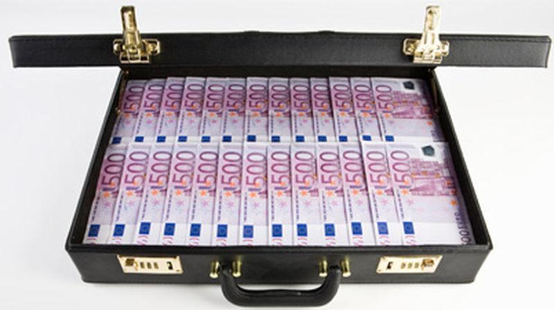 Algo aturdido, encuentras debajo de la cama un maletín lleno de dinero. De repente suena tu móvil ¿quién te llama?