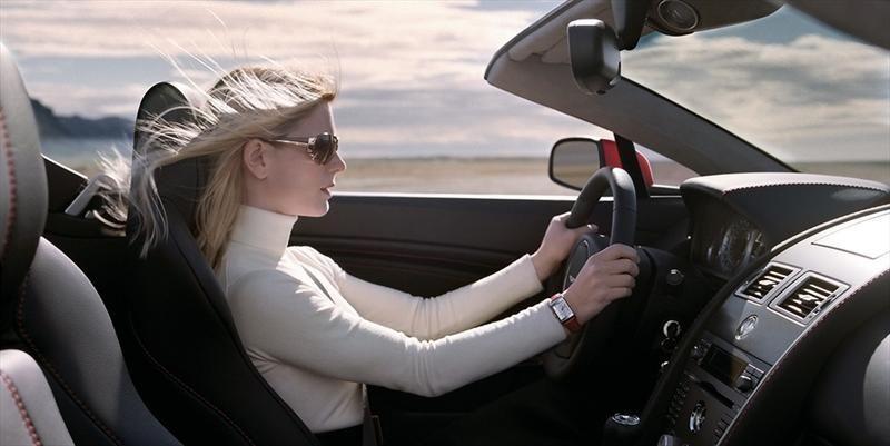 Una vez fuera del hotel, te llama una atractiva chica desde su coche dispuesta a ayudarte pero no te fías mucho. ¿Qué hace ella?