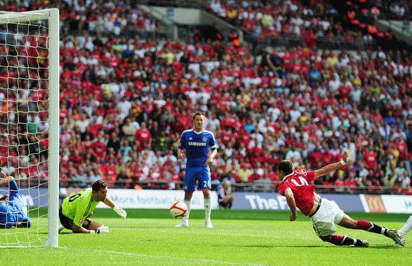 ¿Ante qué equipo anotó su primer gol con el Manchester United?