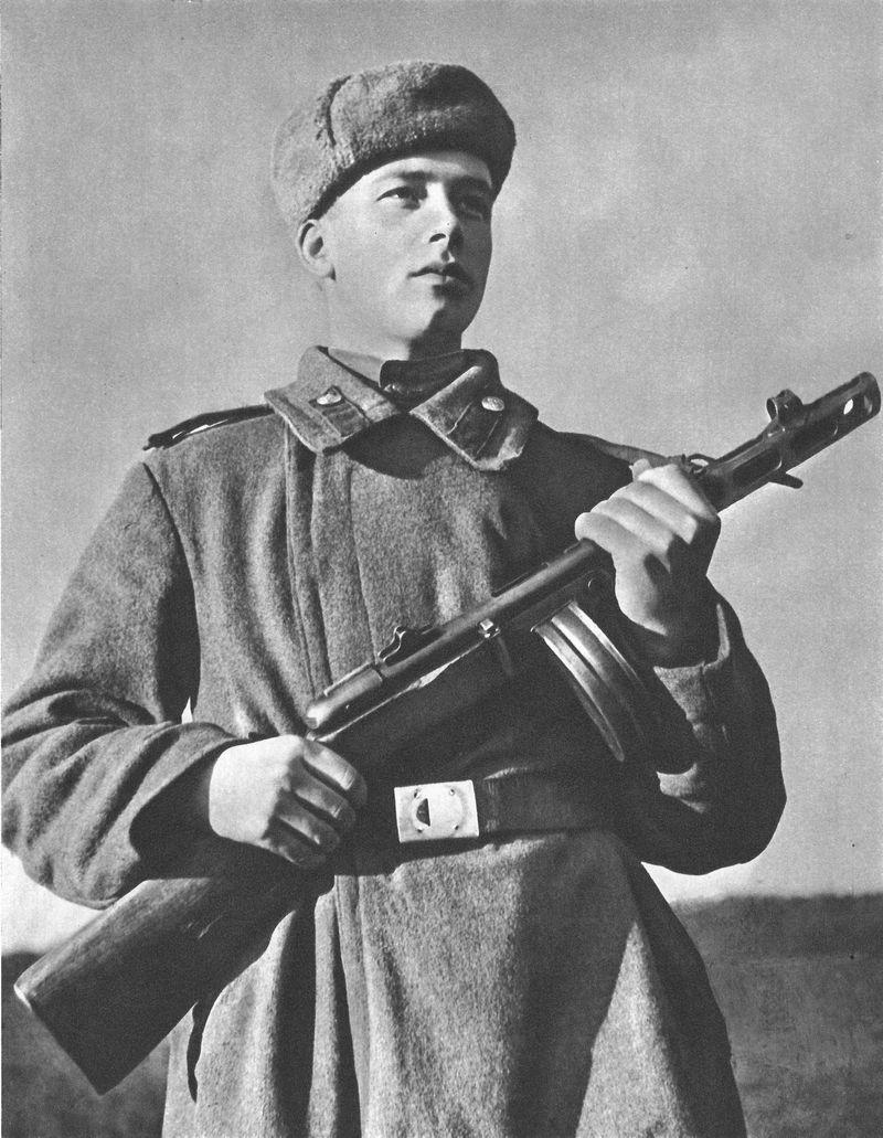 Llegas a la estación de Borisov. Sueltan a todos los soldados a la vez. Los que intentan escapar son molidos a disparos.