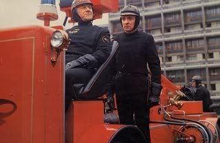 ¿En Fahrenheit 451 qué función tienen los bomberos?