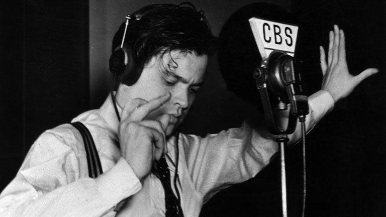 ¿Cuál de las siguientes novelas provocó histeria y locura colectiva al ser narrada en la radio?