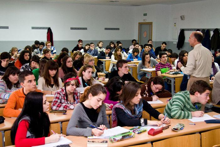 Estás en clase y la profesora te hace una pregunta para ver si estás atendiendo. ¿Como actúas?