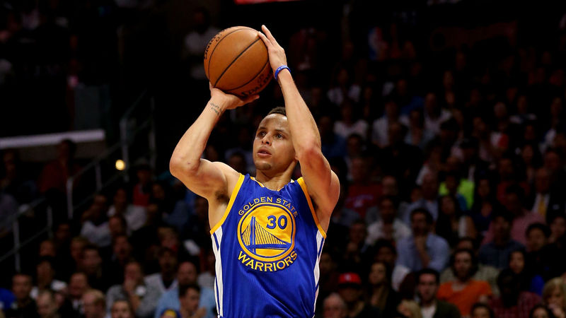 ¿Cuántos triples ha anotado Stephen Curry este año en temporada regular?