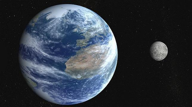 ¿Tarda la Luna menos de 24 horas en dar una vuelta alrededor de la Tierra?