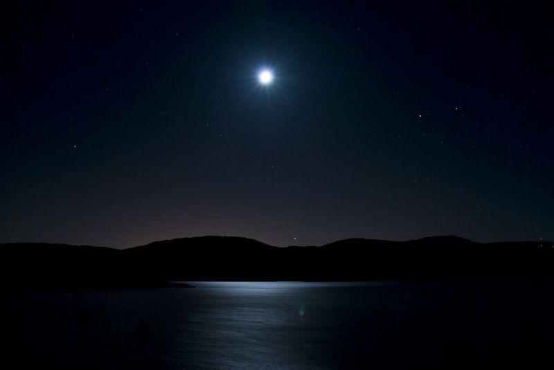 Vuelve la noche. Pierdes esperanzas de que te encuentre alguien. ¿Qué haces para pasar la noche?