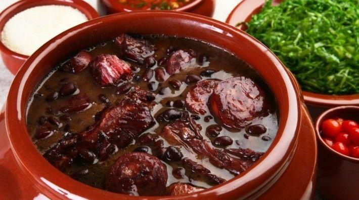 ¿Qué platillo lleva frijoles, carne de cerdo, y a veces se acompaña con arroz y naranjas?