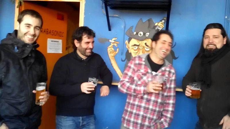 En los platós de Telecinco disfrutan del esparcimiento bailando al son de un politono y dando palmas a destiempo.