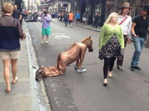 Vas por la calle y ves a una persona extrañamente vestida, tu...