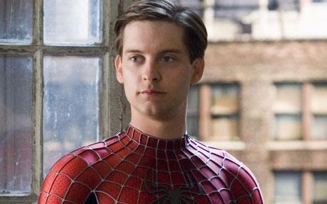 ¿Cuál es el nombre del actor que hizo de Peter Parker en la trilogía de películas de Sam Raimi?