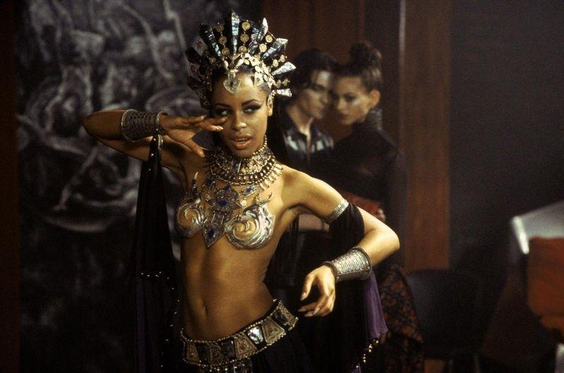 ¿Qué actriz  de La reina de los condenados murió antes de que fuese estrenada la película?