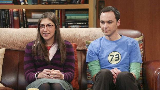 Sheldon acude a su primera cita con Amy siendo coaccionado