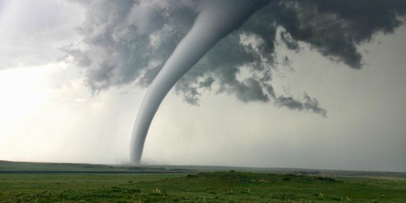 Volvemos a la geografía. ¿Cuál es el país que recibe más tornados por kilometro cuadrado?