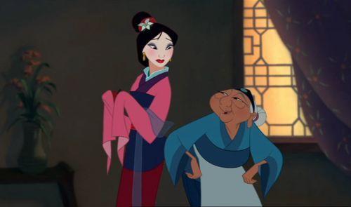 La abuela le da a Mulán un pendiente para el equilibrio, un collar de perlas, un grillito de la suerte y...