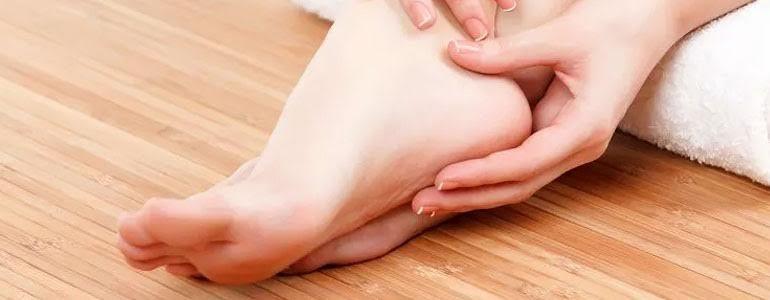 ¿Cuál de estas causas no se da en la aparición de durezas en los pies?