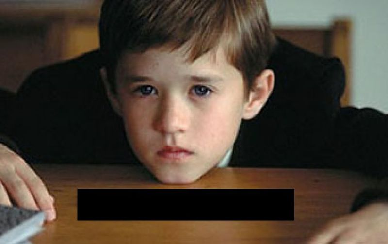 ¿Qué hay en la mesa frente a Cole en El sexto sentido?