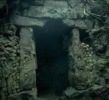 Delante de la puerta hacia los muertos, Aragorn decide entrar. ¿Lo seguirías?