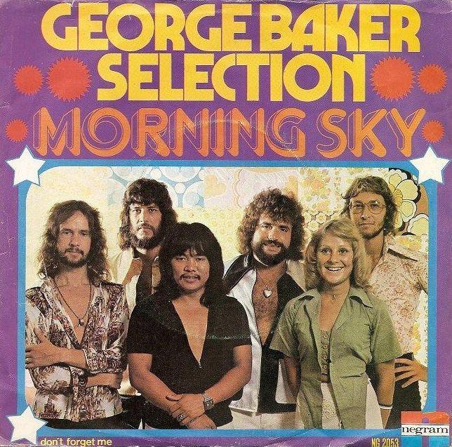 ¿Qué canción de George Baker Selection aparece en los créditos de inicio y ya se ha convertido en un clásico?