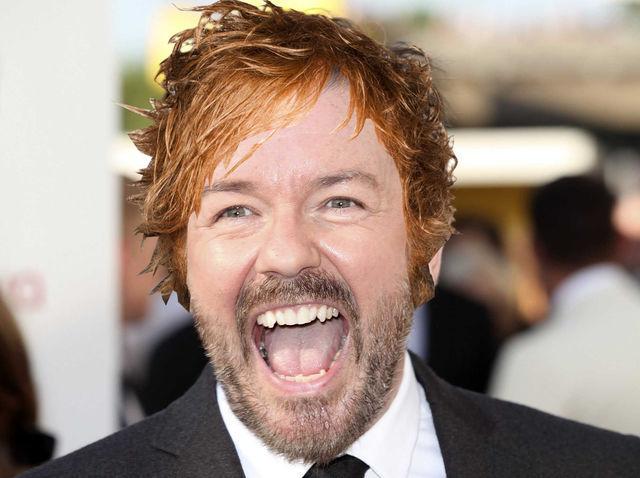 ¿De quién es el pelo que lleva Ricky Gervais en esta imagen?