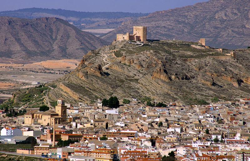 Presidida por su castillo. ¿A qué provincia pertenece la localidad de Jumilla?
