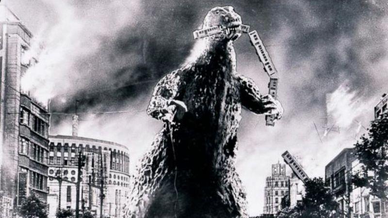 Ya estamos fuera del concesionario. De repente te cruzas con Godzilla comiéndose un tren como si fueran espaguettis, ¿qué haces?