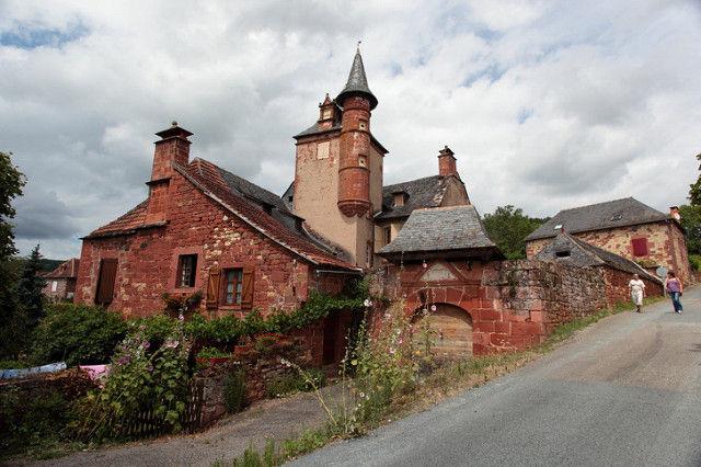 ¿Y de que país es esta aldea medieval pintada de rojo?