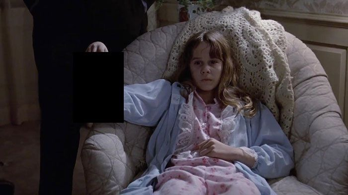 ¿Qué lleva en la mano Regan en El exorcista?