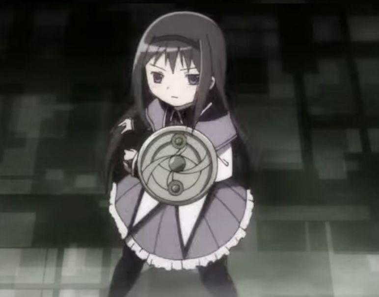 ¿Qué cualidad, aparte de parar el tiempo, tiene el escudo de Akemi Homura?