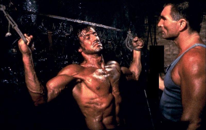 ¿Qué lleva en la mano el verdugo de Rambo en Rambo II?